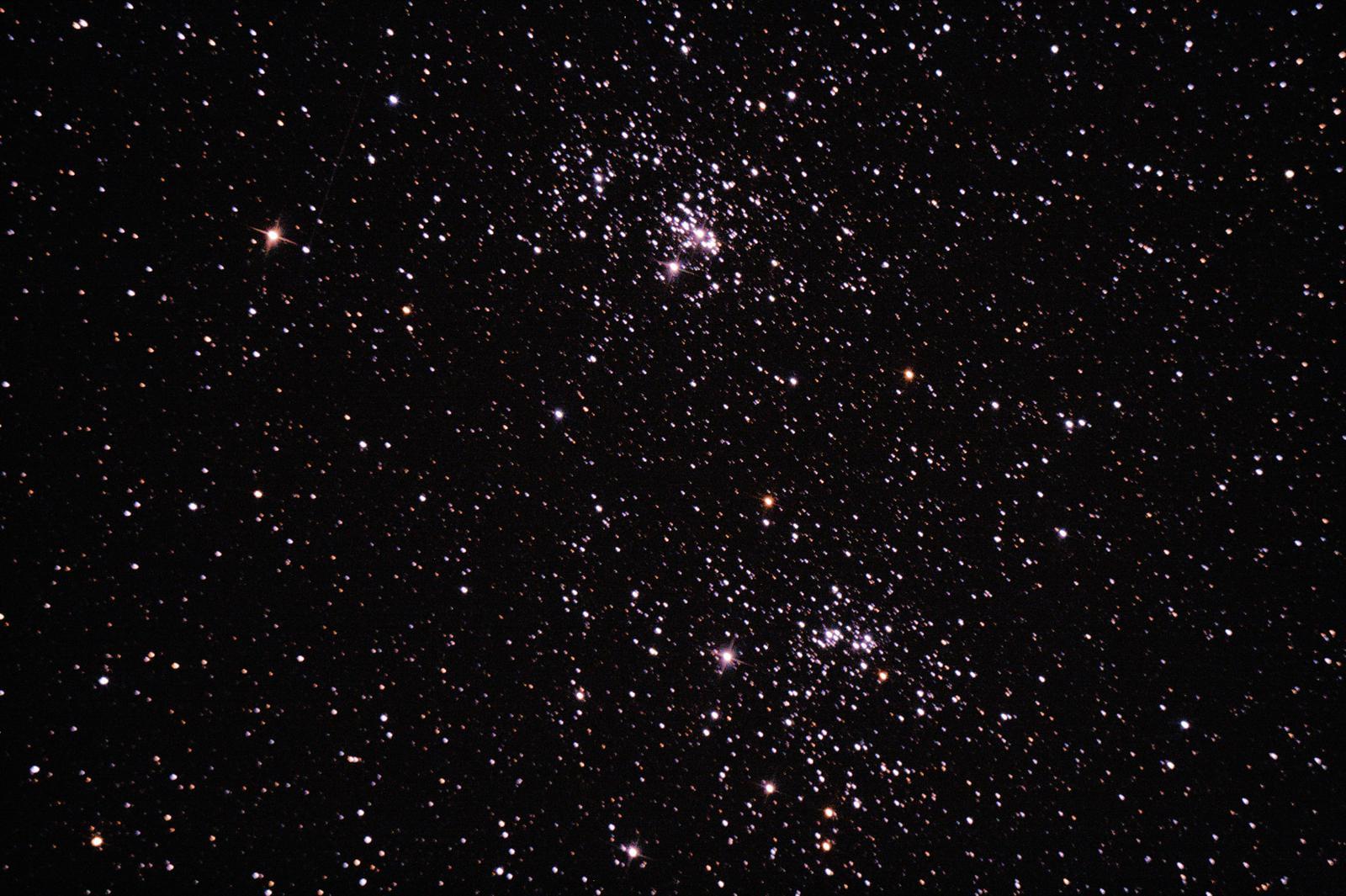 Double amas de Persée (et petite étoile filante)- à Saint-Martin (32) - 13 août 2017 - Skywatcher 200/1000 + Canon 1000D défiltré - 1 photo 60sec ISO800 + Ouverture 5 (donnée par le téléscope) + (4 Darks 180sec ISO800) + (30 offsets 1/4000 ISO 800) - image non recoupée - suivi pas très bon