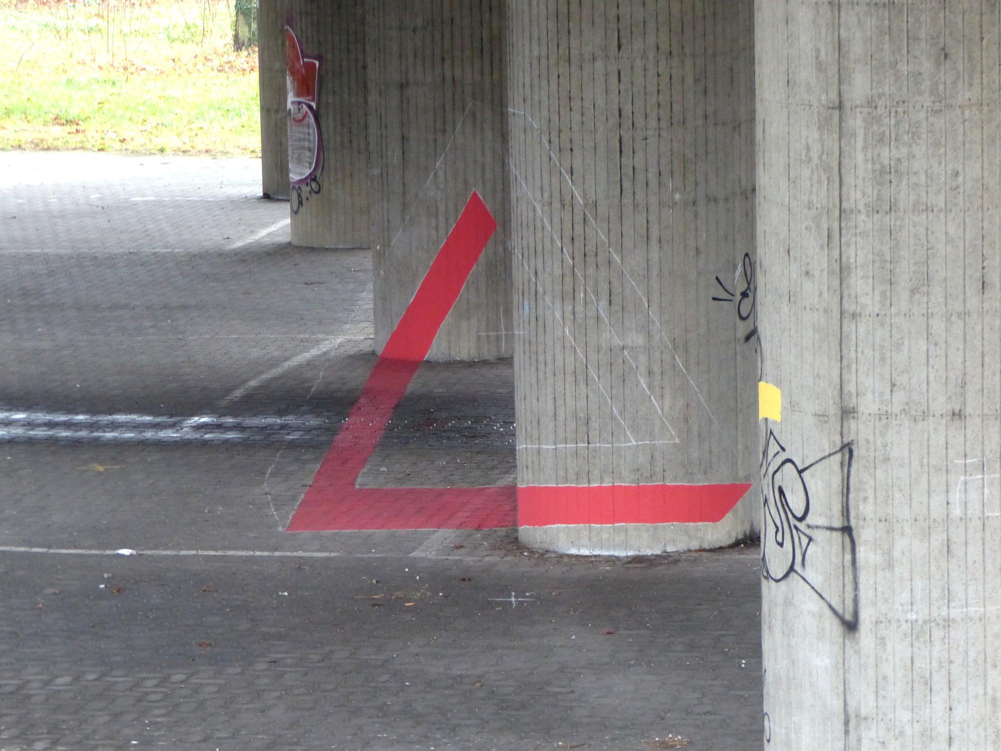 2ème étape peinture de la couleur rouge 1ère étape : traçage à la craie sur la projection