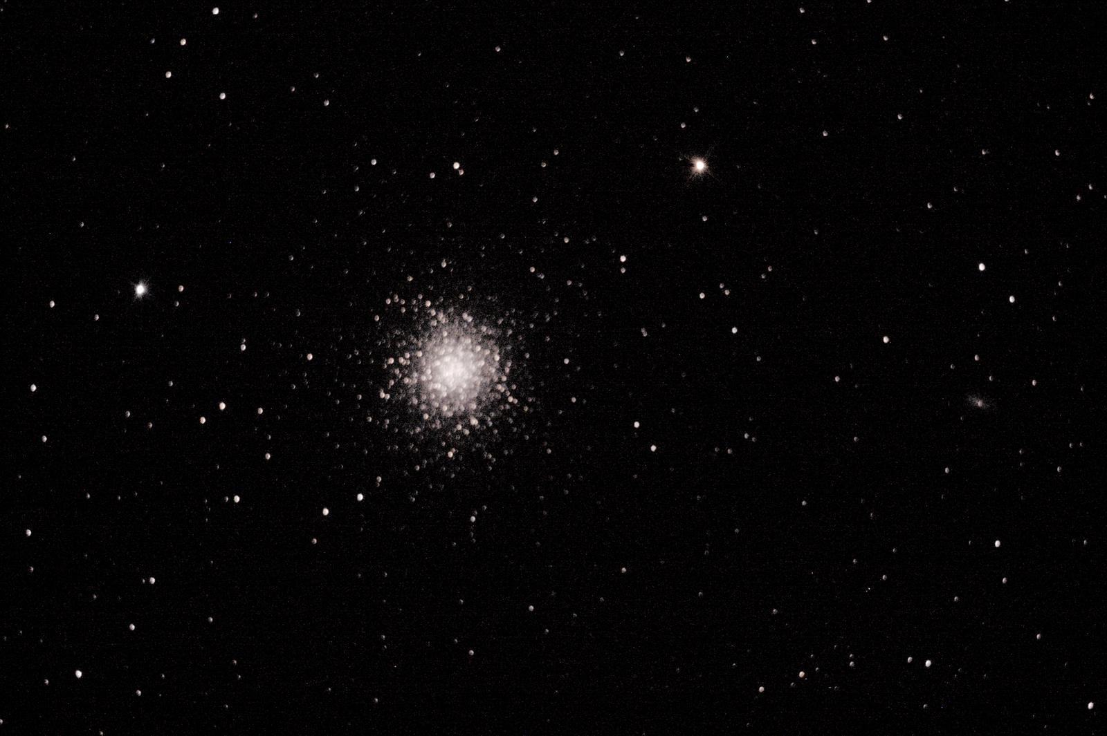 M13 : le grand amas d'Hercules - à Saint-Martin (32) - 29 juillet 2017 - Skywatcher 200/1000 + Canon 1000D défiltré - 1 photo 30sec ISO800 Ouverture 5 (donnée par le téléscope) + (3 Darks 120sec ISO800) + (2 offsets 1/4000 ISO 800)